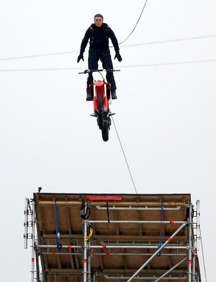 Tom Cruise nhảy khỏi motor ở độ cao 150 m - Ảnh 1.