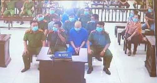 Vợ Đường Nhuệ lần đầu ra tòa cùng chồng và nhóm đàn em trong an ninh thắt chặt - Ảnh 9.