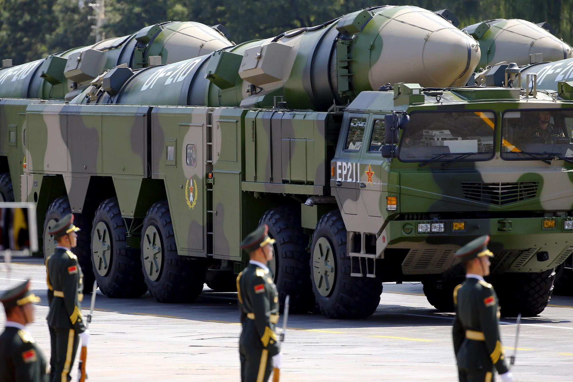 eMagazine: Trung Quốc phóng tên lửa trên biển Đông, Mỹ đáp trả mạnh mẽ - Ảnh 4.