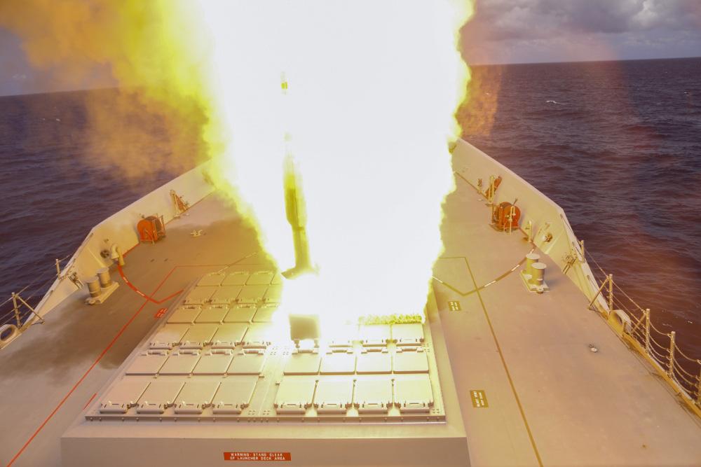 eMagazine: Trung Quốc phóng tên lửa trên biển Đông, Mỹ đáp trả mạnh mẽ - Ảnh 12.