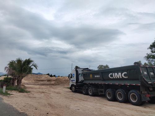 Khai thác cát lậu rộ lên ở Bắc Vân Phong - Ảnh 1.