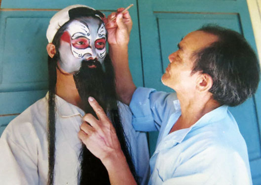 Hiếm nghệ nhân vẽ mặt tuồng - Ảnh 1.