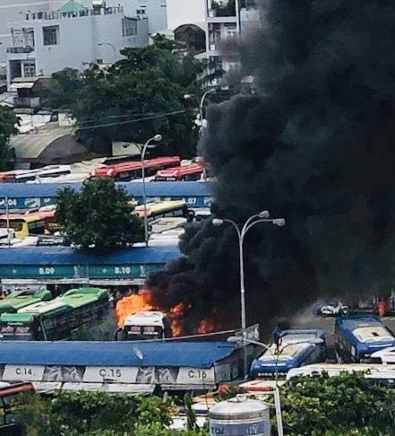 Cháy xe khách trong Bến xe Miền Đông - Ảnh 1.