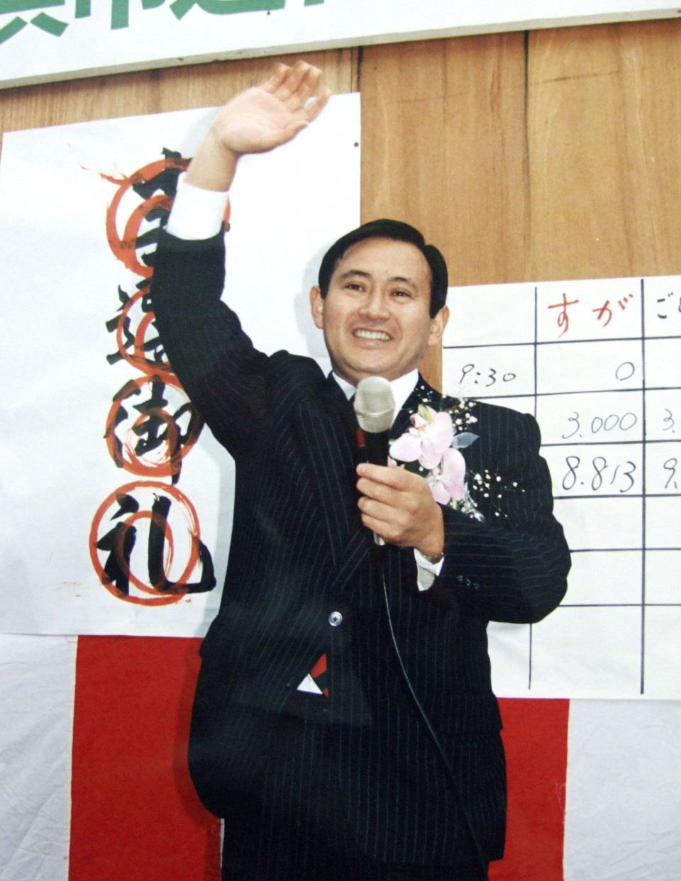 [eMagazine] Suga Yoshihide: Từ con trai người trồng dâu đến đỉnh cao quyền lực - Ảnh 5.