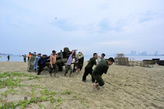 Miền Trung: Người dân hối hả chạy đua chống bão số 5 - Ảnh 9.