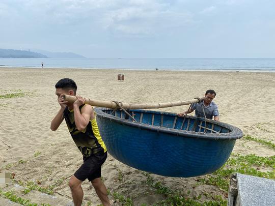 Miền Trung: Người dân hối hả chạy đua chống bão số 5 - Ảnh 18.