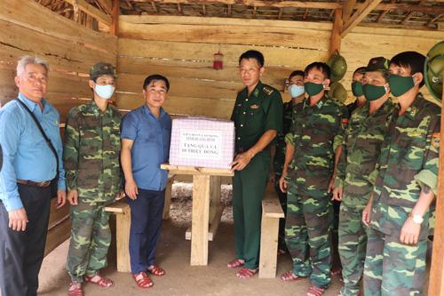Quảng Bình: Thăm hỏi, tặng quà bộ đội biên phòng - Ảnh 1.
