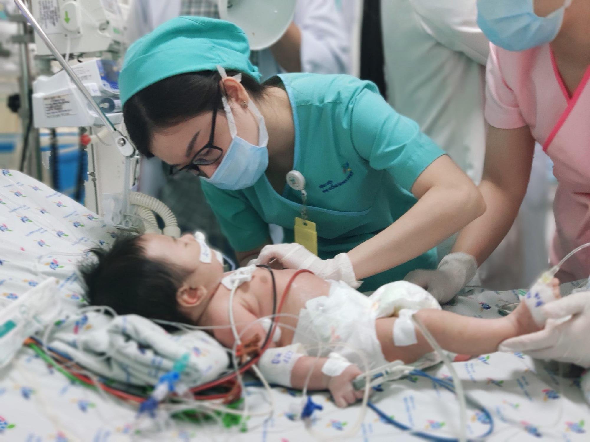 Ngộ độc, bé sơ sinh có làn da đổi thành màu xanh, máu màu nâu - Báo Người  lao động