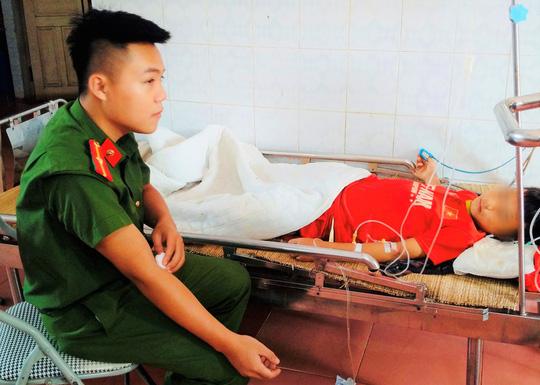 Thiếu úy công an hiến máu cứu cậu bé người Mông ngã dập vỡ gan - Ảnh 1.