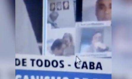 Chính khách Argentina hôn ngực bạn gái khi họp trực tuyến quốc hội - Ảnh 1.