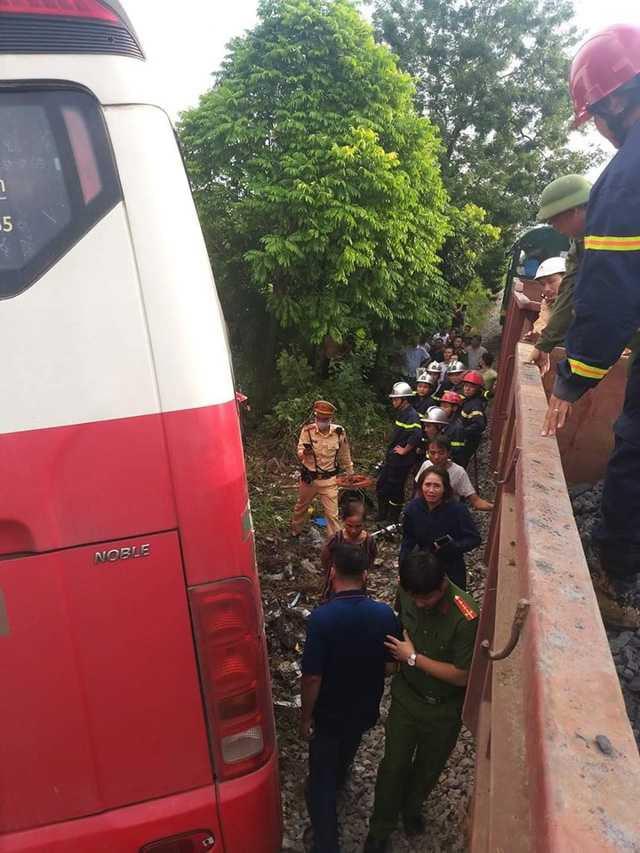 Tàu hỏa tông xe đưa đón học sinh loại 45 chỗ, ít nhất 2 học sinh bị thương - Ảnh 2.