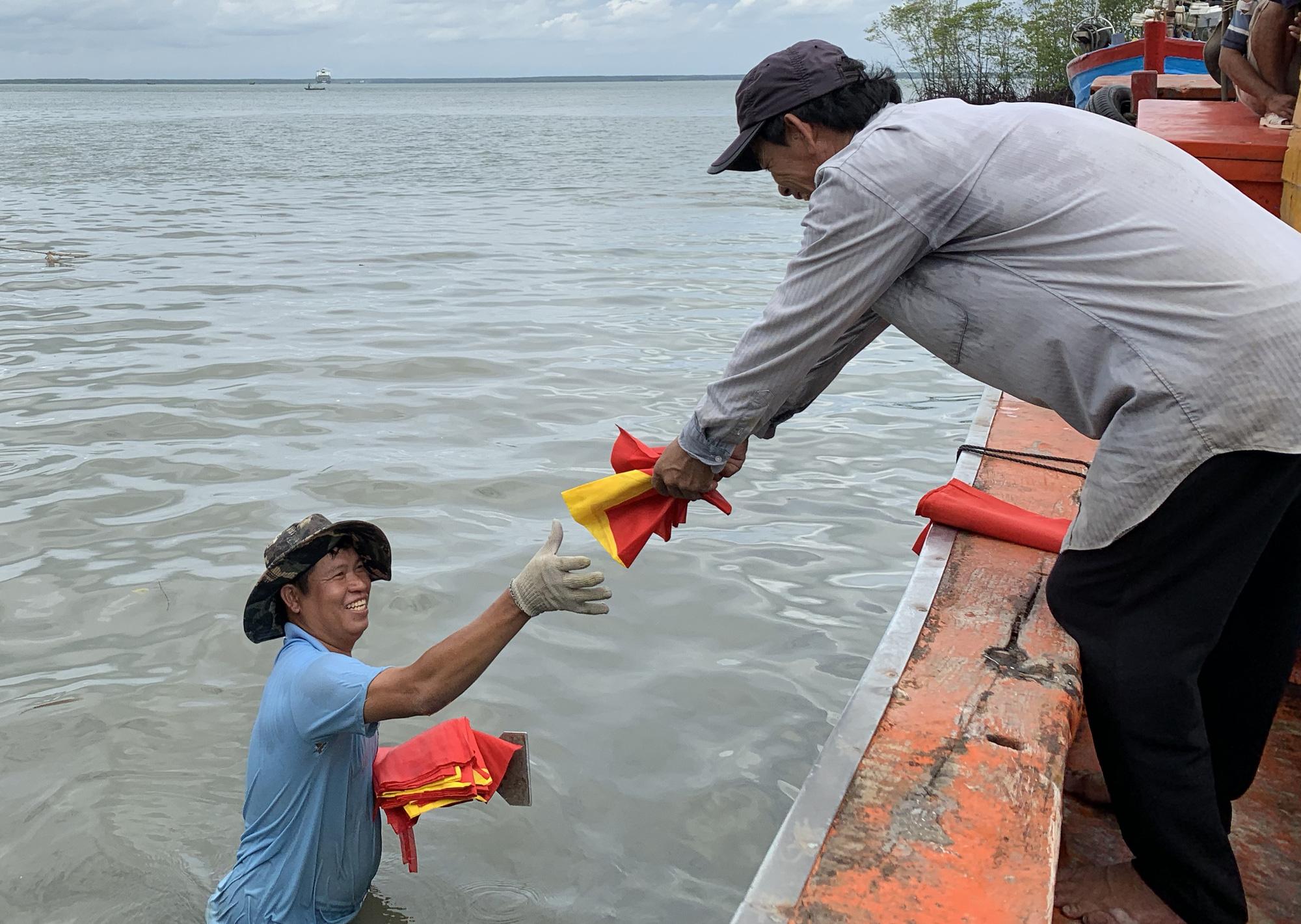 Xúc động cảnh ngư dân Cần Giờ lội biển nhận cờ Tổ quốc - Ảnh 4.