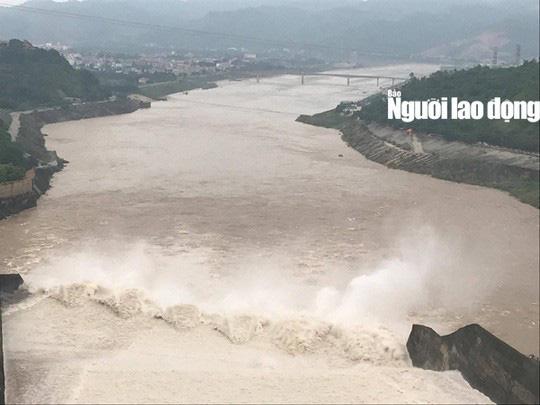 Thủy điện Hòa Bình mở 1 cửa xả lũ vào sáng mai 30-9 - Ảnh 2.