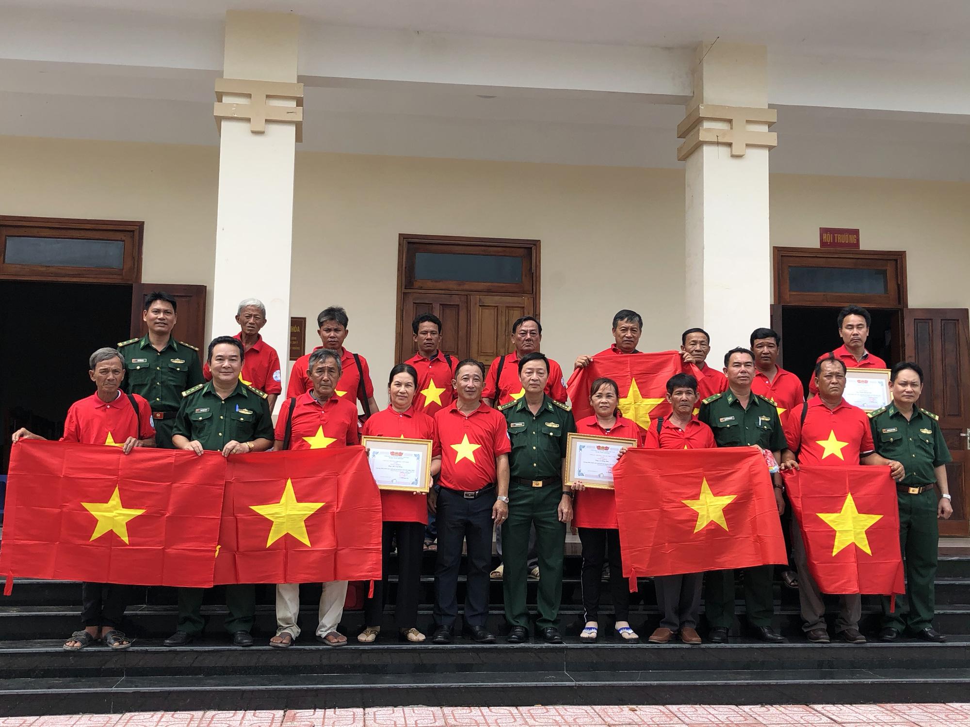 Xúc động cảnh ngư dân Cần Giờ lội biển nhận cờ Tổ quốc - Ảnh 1.