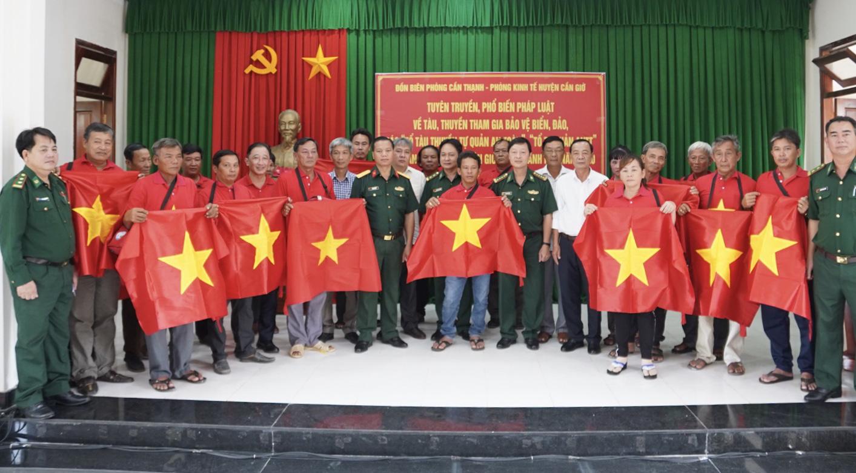 Xúc động cảnh ngư dân Cần Giờ lội biển nhận cờ Tổ quốc - Ảnh 3.