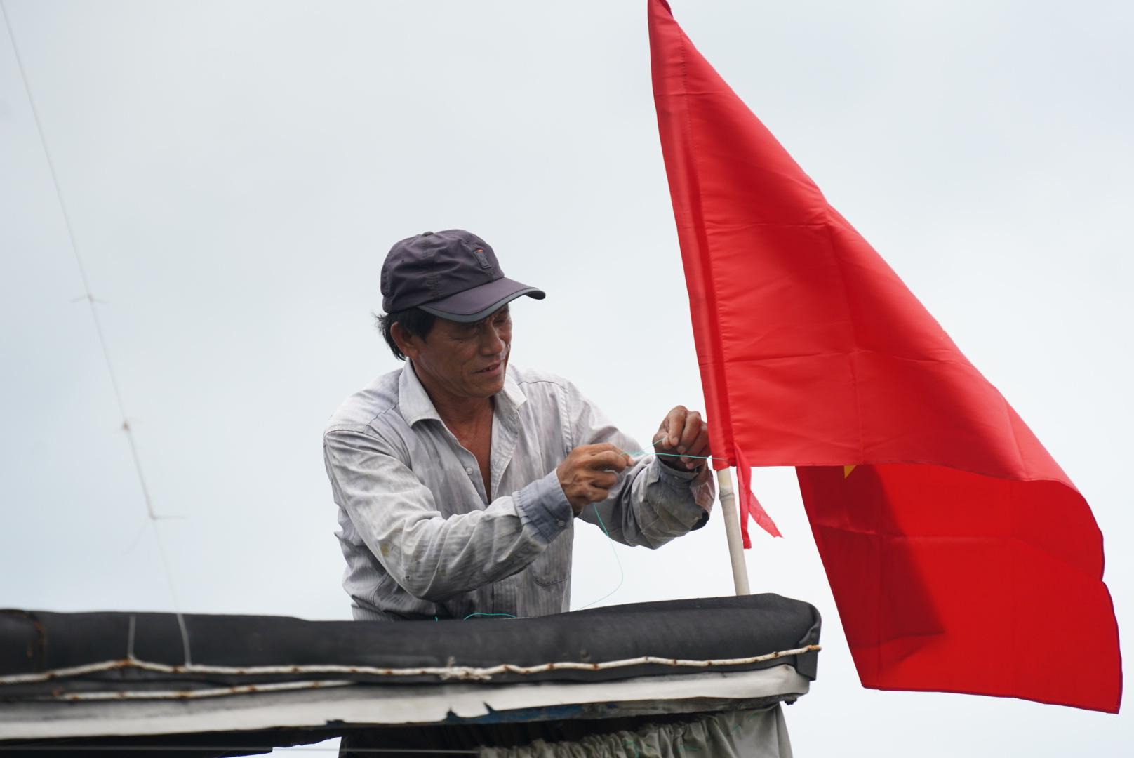 Xúc động cảnh ngư dân Cần Giờ lội biển nhận cờ Tổ quốc - Ảnh 6.