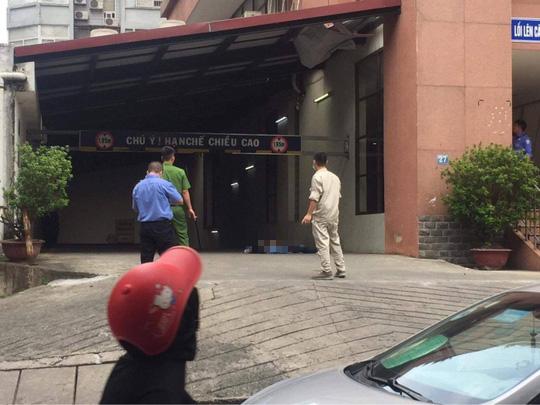 Tá hỏa phát hiện người đàn ông rơi từ tầng cao tòa nhà xuống tử vong - Ảnh 1.