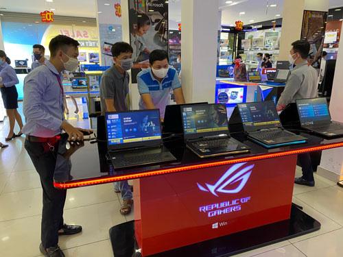 Laptop vào mùa giảm giá - Ảnh 1.