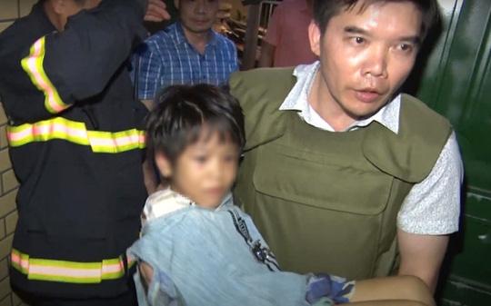 Nghẹt thở giải cứu bé gái 6 tuổi bị cha bạo hành nhiều ngày đến gãy tay, thu súng K59 - Ảnh 1.
