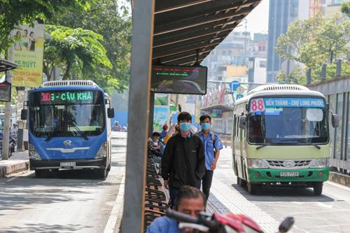 Xe buýt đang... lao dốc - Ảnh 1.