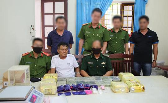 Trắng đêm bắt 4 anh em họ mua bán 13 bánh heroin, 10.000 viên ma túy, 10 kg ma túy đá - Ảnh 1.