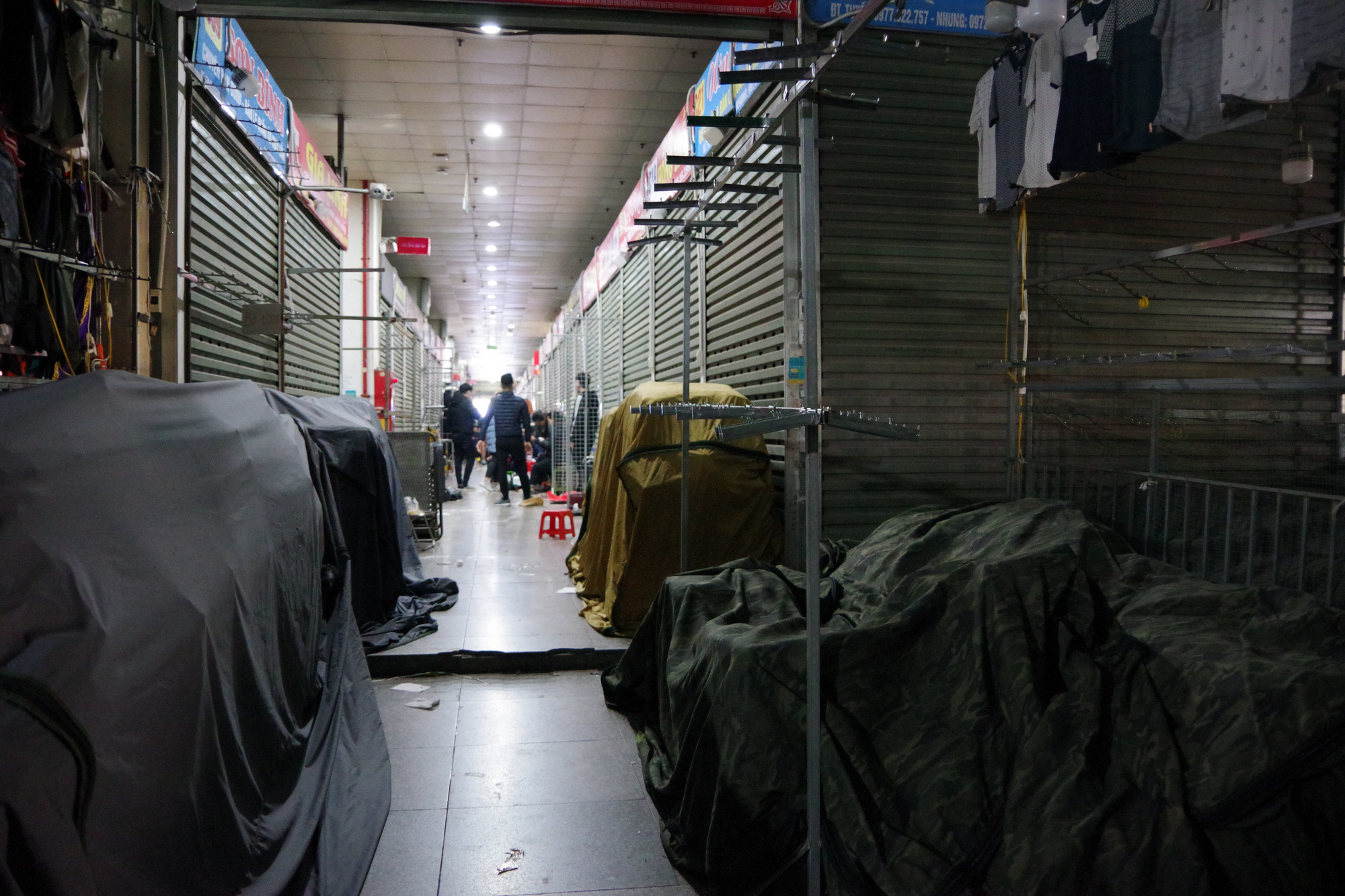 The small trader in Ninh Hiep market closes to avoid when the market manager scans for counterfeit goods - Photo 4.
