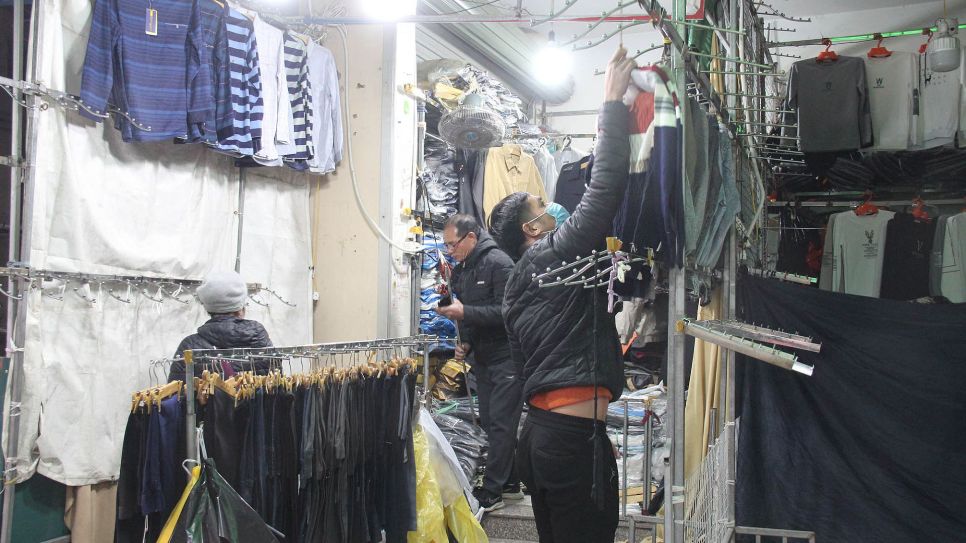 The small trader in Ninh Hiep market closes to avoid when the market manager scans for counterfeit goods - Photo 2.