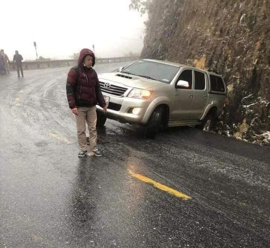CLIP: Đường trơn trượt, nhiều phương tiện gặp nạn trên đường lên Sa Pa, Ô Qúy Hồ - Ảnh 2.