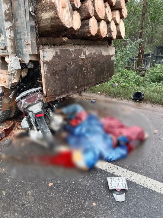 Tông vào đuôi xe tải, 2 mẹ con tử vong - Ảnh 1.