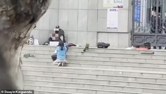 Cảnh sát Trung Quốc bắn chết kẻ kề dao vào cổ học sinh - Ảnh 1.