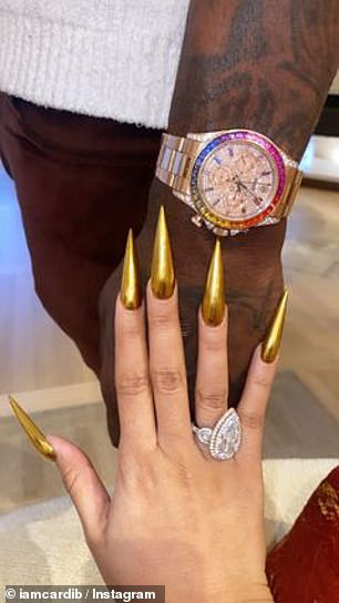 Nữ rapper Cardi B gây sốc với trang phục độc lạ trên phố - Ảnh 9.