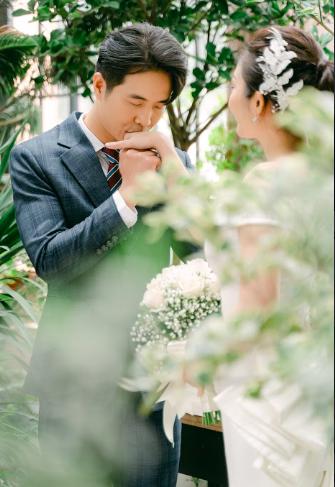 MC nổi tiếng của VTV Thuỳ Linh chia sẻ bộ ảnh cưới tuyệt đẹp với chồng sắp cưới kém 5 tuổi - Ảnh 4.