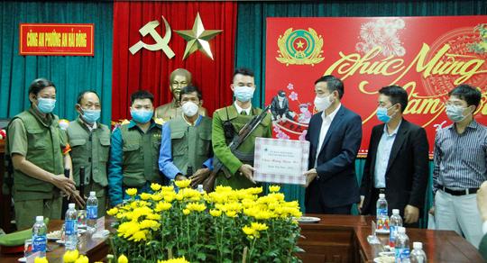 Chủ tịch UBND TP Đà Nẵng thăm công nhân bãi rác, lực lượng tuần tra đêm trước giao thừa - Ảnh 1.
