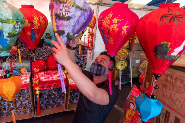 Mỹ: Chợ hoa Tết của người Việt ở khu Phước Lộc Thọ gây bất ngờ - Ảnh 2.