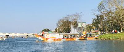 CLIP: Thuyền rồng chui bát nháo trên sông Hương - Ảnh 1.