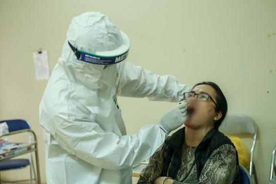 CLIP: Hàng trăm người dân từ Hải Dương về được lấy mẫu xét nghiệm Covid-19 - Ảnh 2.