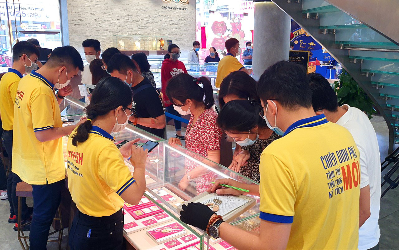 Strange story on the gold market for Than Tai in Ho Chi Minh City - Photo 4.