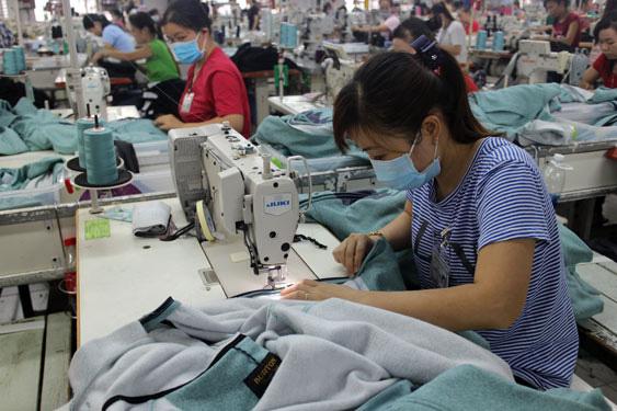Ngành dệt may lì xì người lao động đầu năm gần 9,3 tỉ đồng - Ảnh 1.