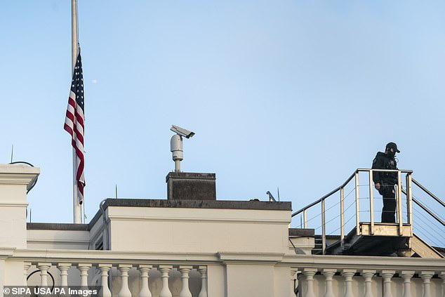 Covid-19: Chạm cột mốc u ám 500.000 người chết, Mỹ treo cờ rủ toàn quốc - Ảnh 3.