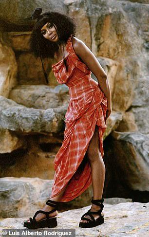"""""""Báo đen"""" Naomi Campbell khoe vẻ hoang dã và quyến rũ - Ảnh 6."""
