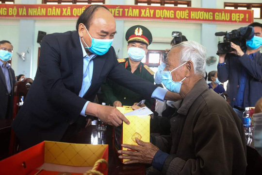 Thủ tướng Nguyễn Xuân Phúc thăm và tặng quà cho hộ nghèo ở Quảng Nam - Ảnh 1.
