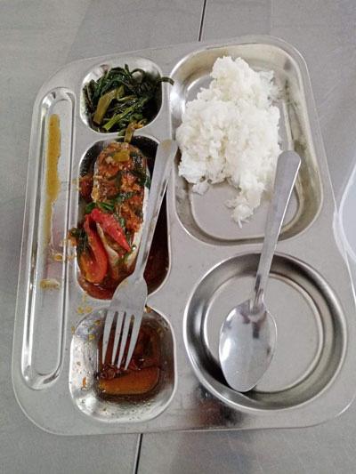 Có gián trong suất ăn trưa của học sinh ở một trường quận 8, TP HCM - Ảnh 1.