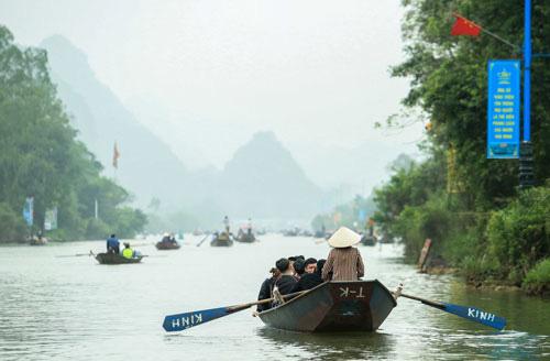Hàng vạn người đến chùa Hương trong ngày đầu mở cửa - Ảnh 1.