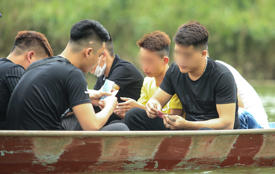 Ban quản lý chùa Hương nói gì trước tình trạng du khách đánh bài trên thuyền? - Ảnh 12.