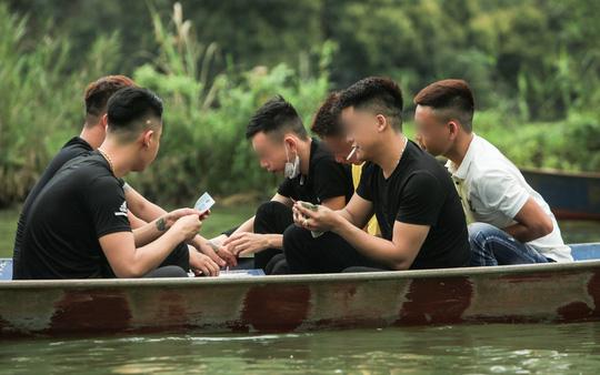 Ban quản lý chùa Hương nói gì trước tình trạng du khách đánh bài trên thuyền? - Ảnh 11.