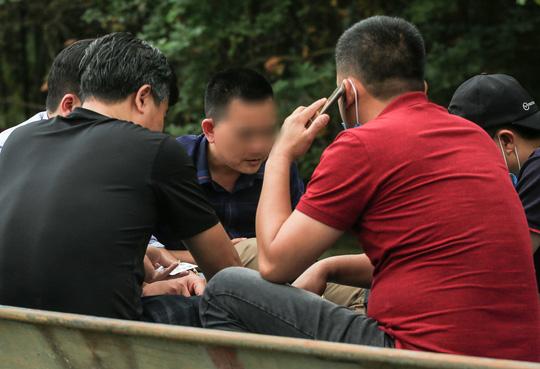 Ban quản lý chùa Hương nói gì trước tình trạng du khách đánh bài trên thuyền? - Ảnh 4.