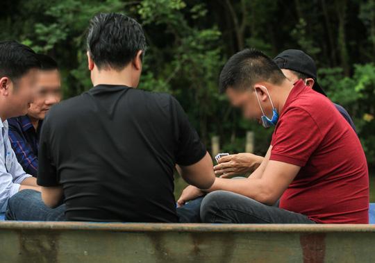 Ban quản lý chùa Hương nói gì trước tình trạng du khách đánh bài trên thuyền? - Ảnh 5.