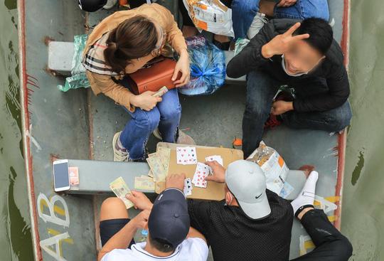 Ban quản lý chùa Hương nói gì trước tình trạng du khách đánh bài trên thuyền? - Ảnh 8.