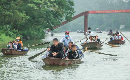 CLIP: Du khách lơ là phòng chống dịch khi đi vãn cảnh chùa Hương - Ảnh 6.