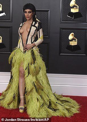 Lễ trao Giải Grammy: Những bộ đầm hở bạo, kỳ quái trên thảm đỏ - Ảnh 4.